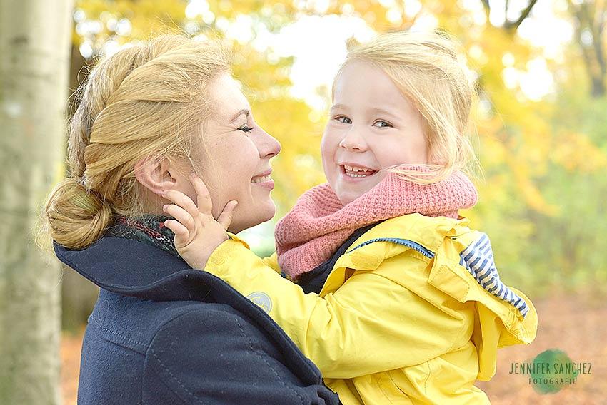 Herbst Mini Shooting Treptower Park, buntes laub, familienfotos im herbst, laubfotos, kinderfotoshooting mit bunten blättern