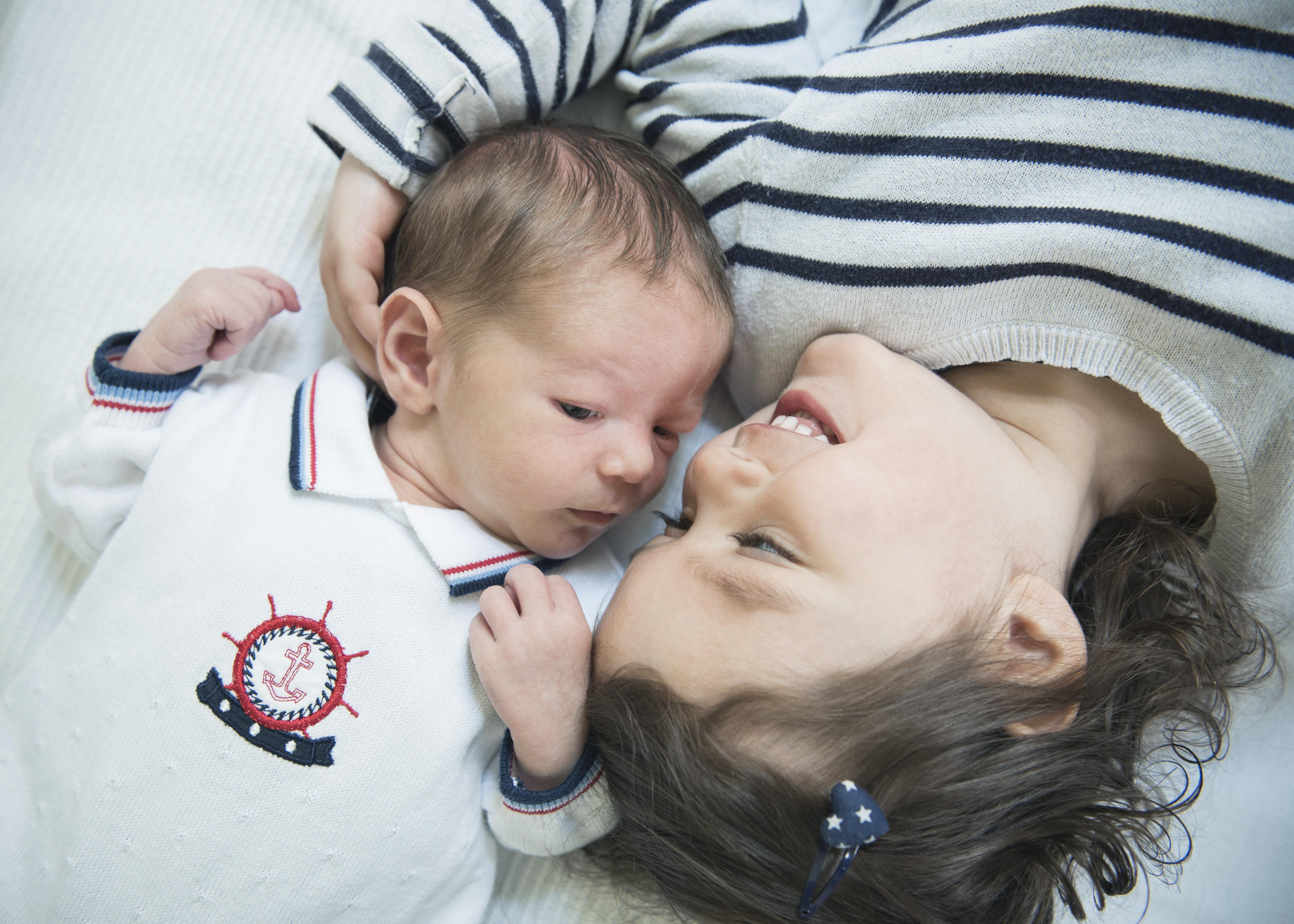 geschwisterfotos berlin, babyfotos mit geschwistern, familienfotos berlin zuhause