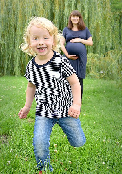 Babybauchfotos schwanger fotoshooting berlin familienfotograf berlin babybauchfotoshooting fotoshooting schwagerschaft natürliche schwangerenfotos berlin draußen studio fotostudio
