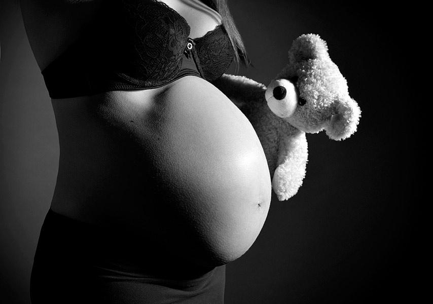 schwangerschaftsfotos berlin natürliches babybauch fotoshooting im studio schwarz weiss paarfotos schwanger fotostudio berlin