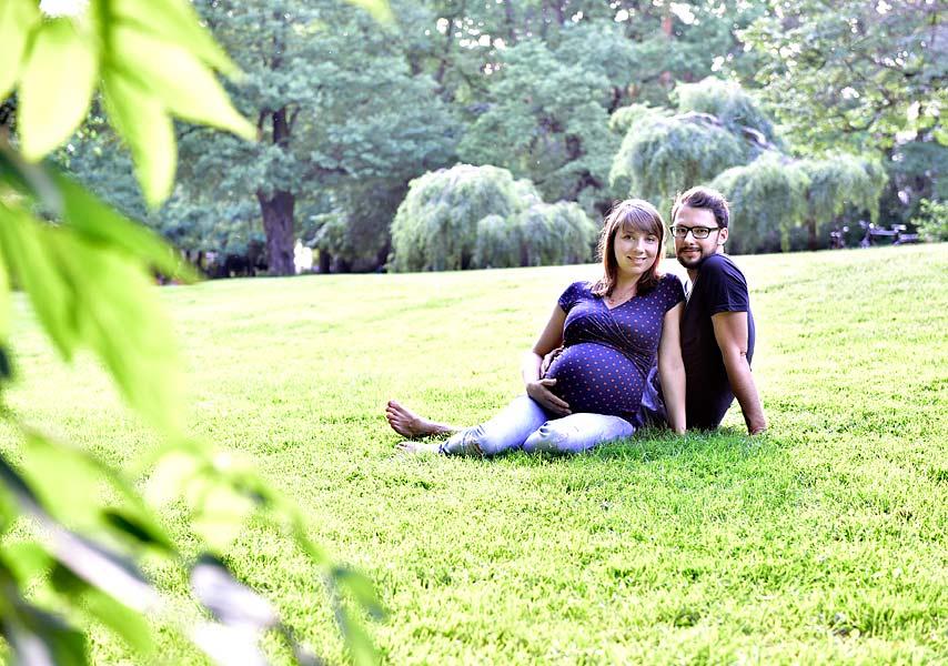 Natürliche Babybauchfotos Berlin im Park, Kombi Shooting Familienfotos, babyfotos zuhause, Fotograf berlin, Fotoshooting in der Natur, Preise Schwangerschaftsfotos Berlin