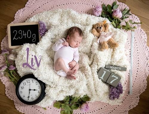 Entspannte Neugeborenenfotos zu Hause machen | Babyfotograf Berlin