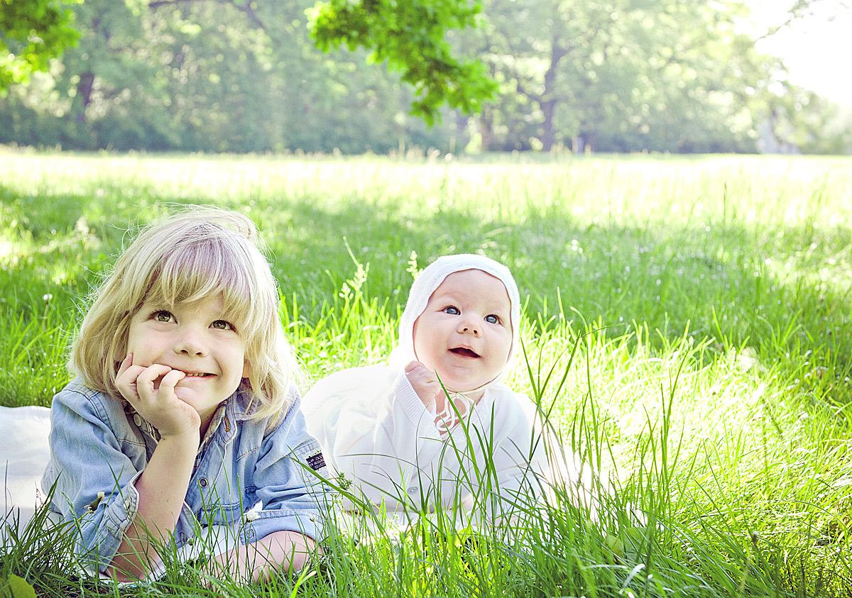 outdoor fotoshooting berlin, mini fotoshooting, frühlings fotos, familienfotos berlin, draußen, kinderfotos draußen, kinderfotos berlin, ostergeschenk für oma, ostergeschenk, fotoshooting geschenk, fotoshooting ostern