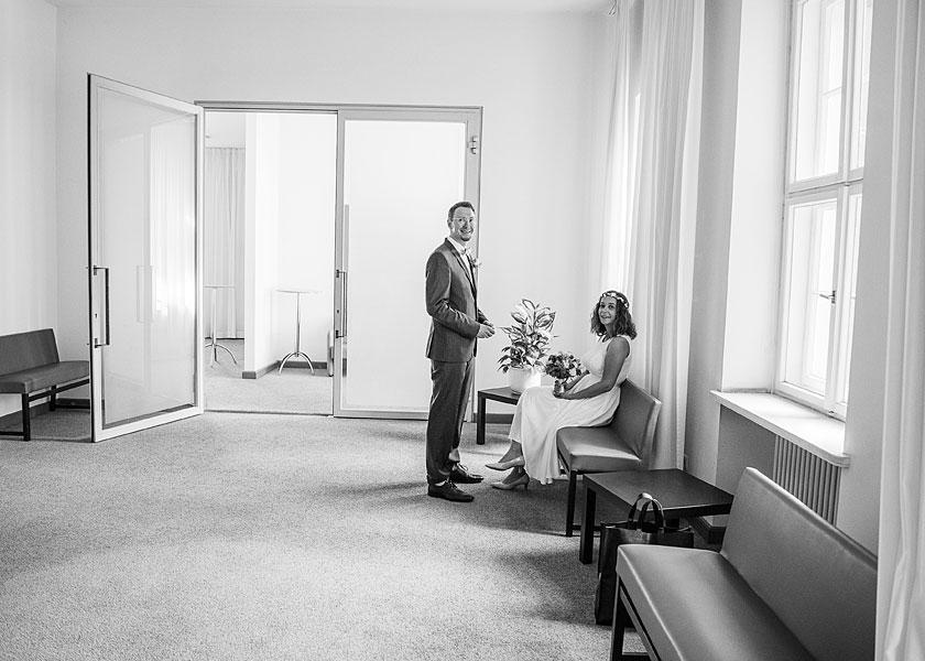 wartezimmer im standesamt berlin mitte, hochzeitsfotograf berlin, hochzeit zu zweit, heiraten zu zweit in berlin