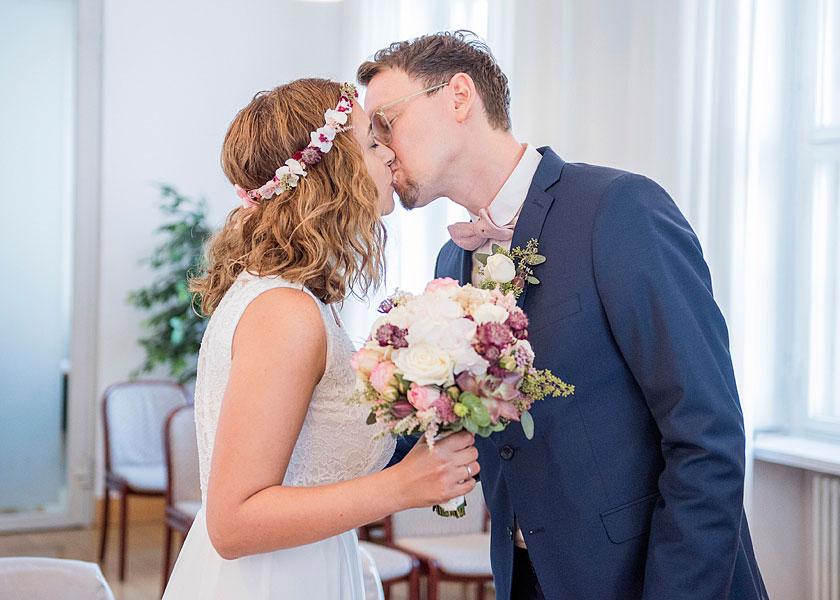 kuss bei der hochzeitszeremonie, heiraten im standesamt, hochzeit zur zweit berlin