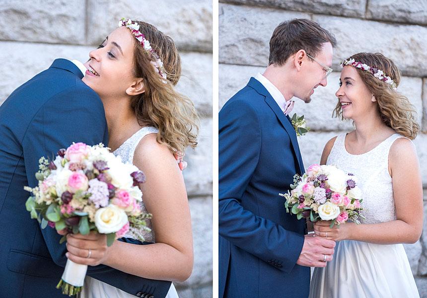 vor dem standesamt berlin mitte, glückliches brautpaar, hochzeit zur zweit berlin, zu zweit heiraten, hochzeit berlin, heiraten in berlin