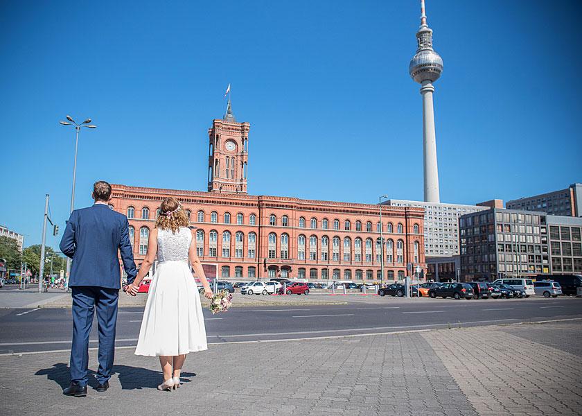 vor dem standesamt berlin mitte, glückliches brautpaar, hochzeit zur zweit berlin, zu zweit heiraten, hochzeit berlin, heiraten in berlin, rotes rathaus, fernsehturm, sommer in berlin