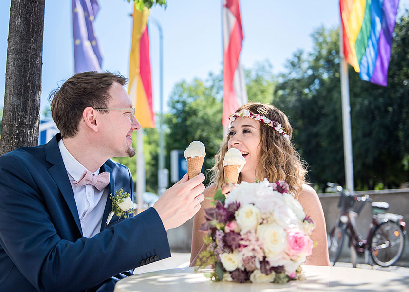 fernsehturm berlin, heiraten zu zweit, brautpaar beim eis essen, heiraten zu zweit berlin, hochzeitsfotos berlin, hochzeitfotograf, mobiles fotoshooting, mobiler fotograf, outdoor fotoshooting berlin, sommer in berlin, eis essen