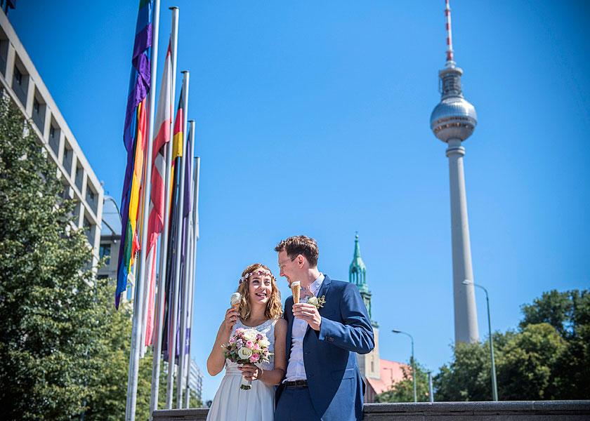 fernsehturm berlin, heiraten zu zweit, brautpaar beim eis essen, heiraten zu zweit berlin, hochzeitsfotos berlin, hochzeitfotograf, mobiles fotoshooting, mobiler fotograf, outdoor fotoshooting berlin, sommer in berlin
