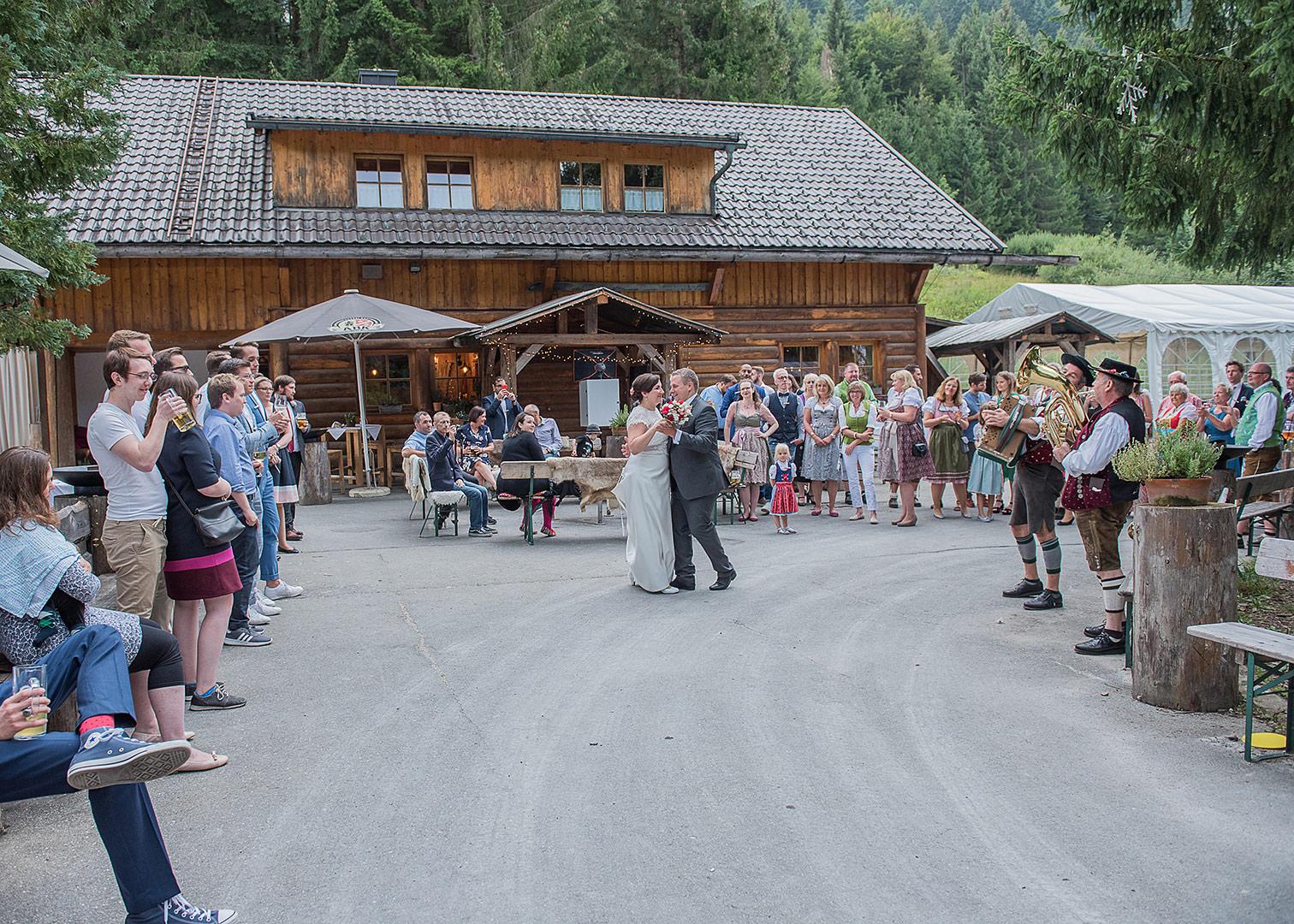 berghochzeit, heiraten in den bergen, garmisch partenkirchen, tonihütte, riesserkopf, zugspitze, hochzeitsfotograf, destination wedding, bayrische hüttenhochzeit, heiraten in den alpen, fotograf, hochzeitsfotos, hochzeitstanz