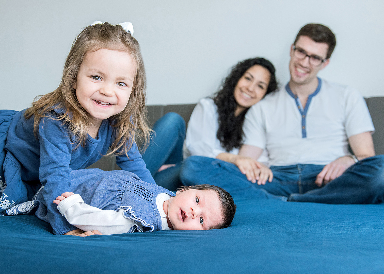 Babybauch Fotoshooting mit Geschwisterkindern, Schwangerschaftsfotos zuhause, mobiles Fotostudio Berlin, schwangerenfotografie berlin, babybauch fotoshooting, schwanger, fotoshooting berlin, fotograf berlin, familienfotos berlin