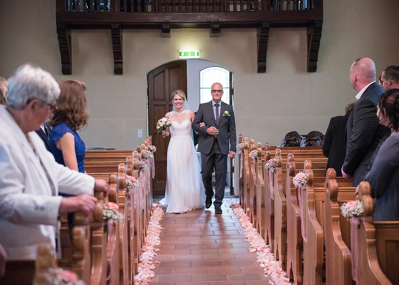 einzug in die kirch, hochzeit,kirchliche trauung, hochzeitsfotograf, hochzeitsfotos berlin