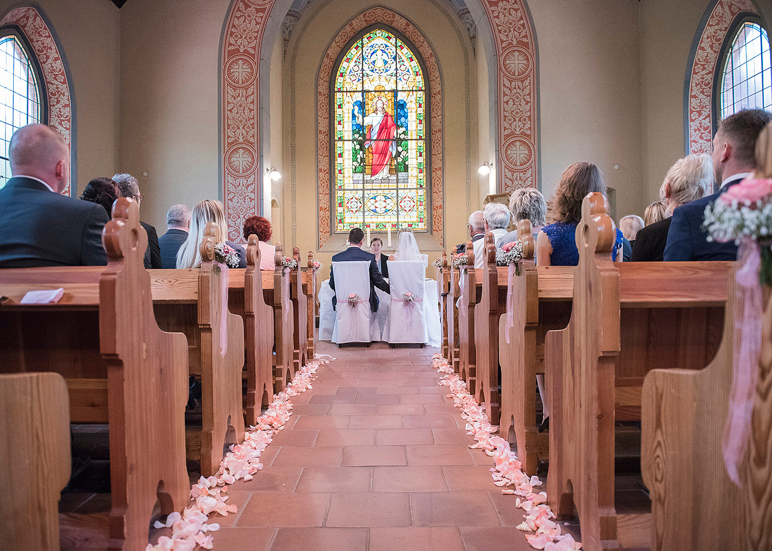 einzug in die kirch, hochzeit,kirchliche trauung, hochzeitsfotograf, hochzeitsfotos berlin, bad belzig, waldkappelle, springbachmühle bad belzig, hochzeitspaar, fotograf berlin, fotoshooting berlin, heiraten in der kirche
