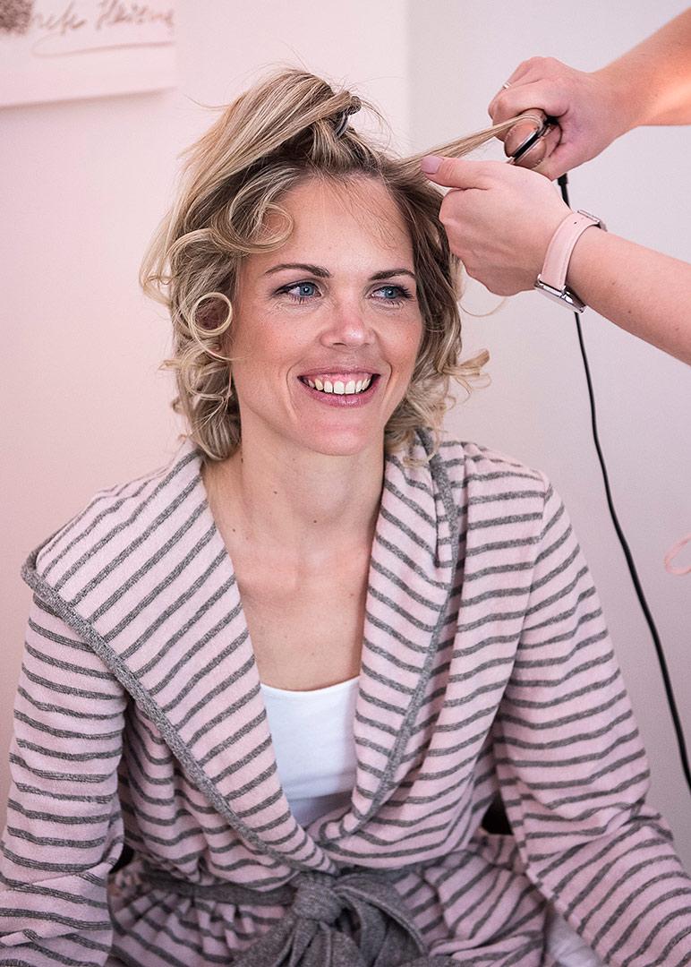 getting ready, hochzeitsfotos berlin, hochzeitsfotograf, hairstyling, brautstyling