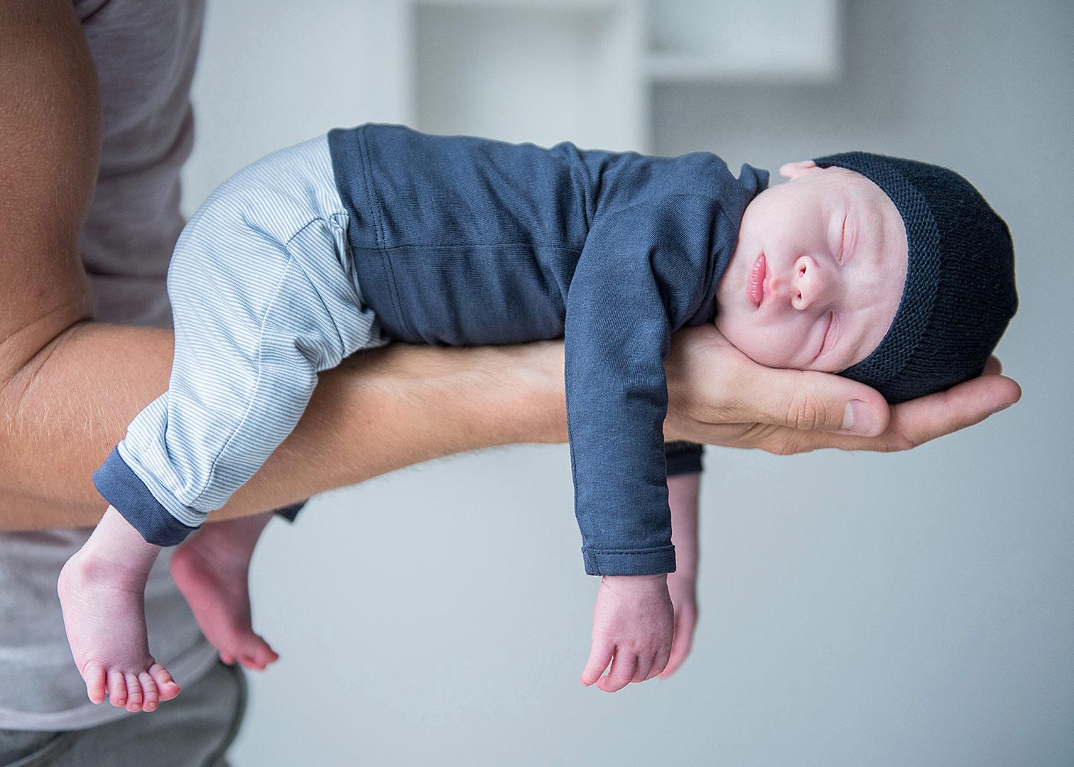 neugeborenenfotoshooting berlin, babyfotos zuhause, babyfotograf berlin