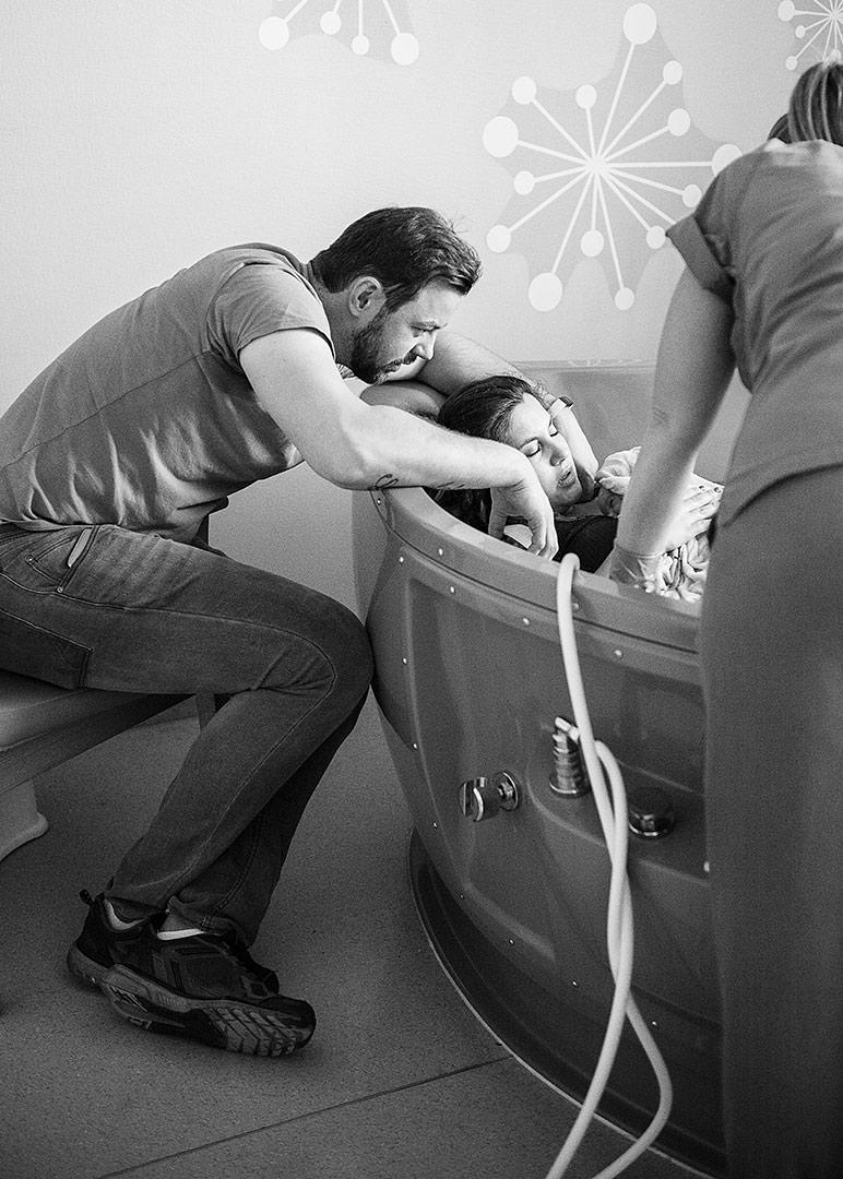 Geburtsfotografie Berlin, Geburtsreportage, Fotosbei der Geburt, Wassergeburt, Begurt im Vivantes, Geburt im Krankenhaus Neukölln, Neugeborenenfotos nach der Geburt, Wochenbettfotos