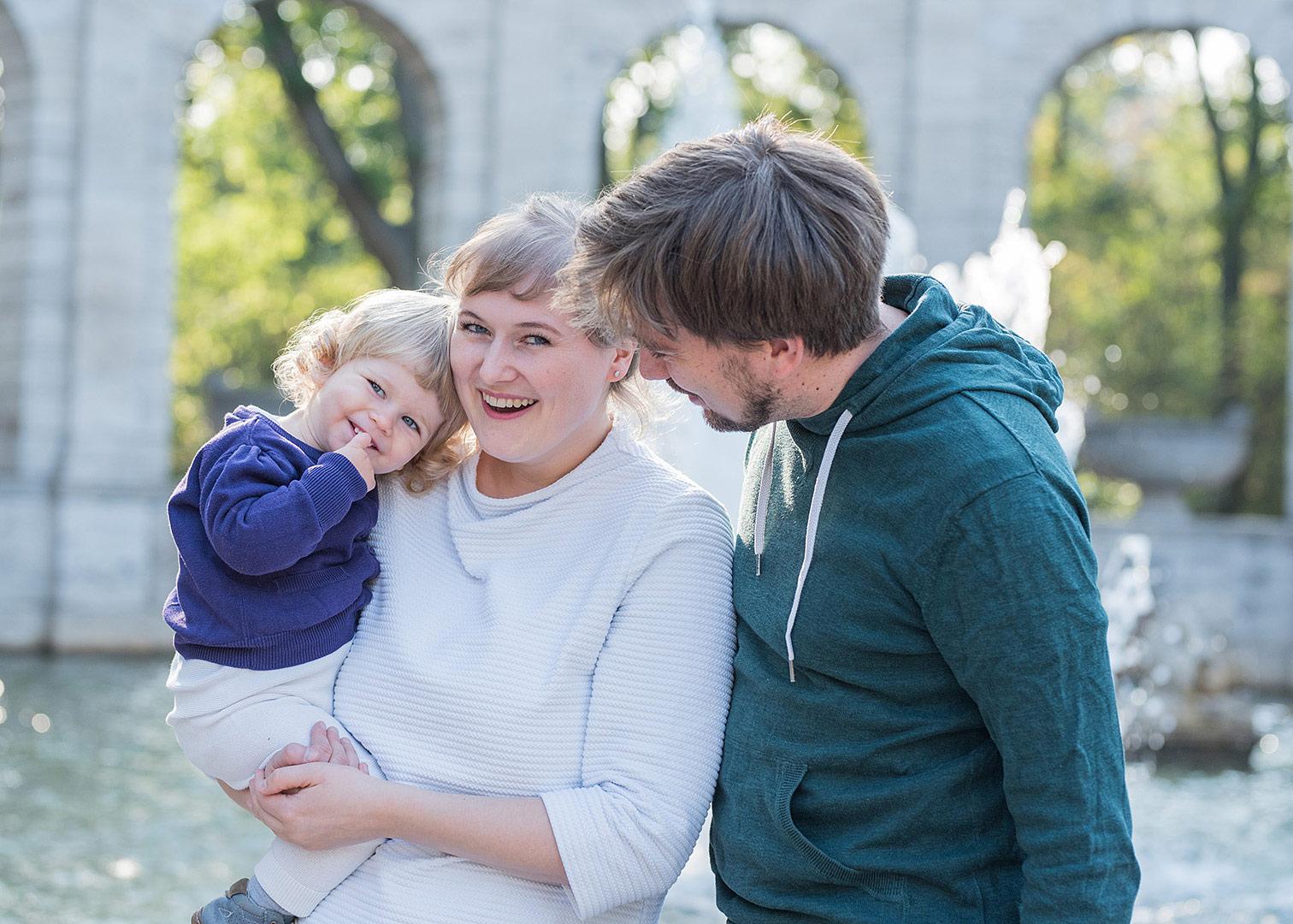 natürliche familienfotos berlin, familienfotograf berlin, mobiles fotoshooting, fotoshooting im park, märchenbrunnen, generationenfotos, fotos mit oma, fotos in berlin machen lassen, familienbilder in berlin machen,
